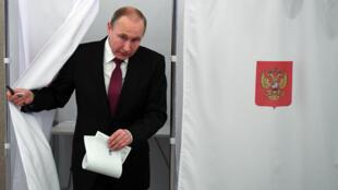 فلاديمير بوتين يدلي بصوته في الانتخابات الرئاسية، 18 مارس/آذار 2018