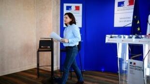 La ministra de Deportes francesa, Roxana Maracineanu, al final de una rueda de prensa sobre el coronavirus COVID-19 el 9 de marzo de 2020 en París