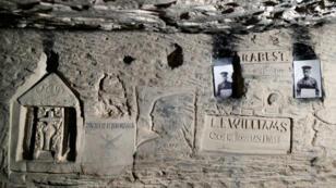 Los grabados dejados por los soldados estadounidenses de la 26ª División se ven entre 1,000 inscripciones descubiertas en la cantera de Froidmont, una compleja red de túneles de 20 kilómetros (12 millas) que se convirtió en un refugio para miles de soldados alemanes, estadounidenses y franceses durante la Primera Guerra Mundial en Brayen-Laonnois, Francia, el 29 de octubre de 2018.