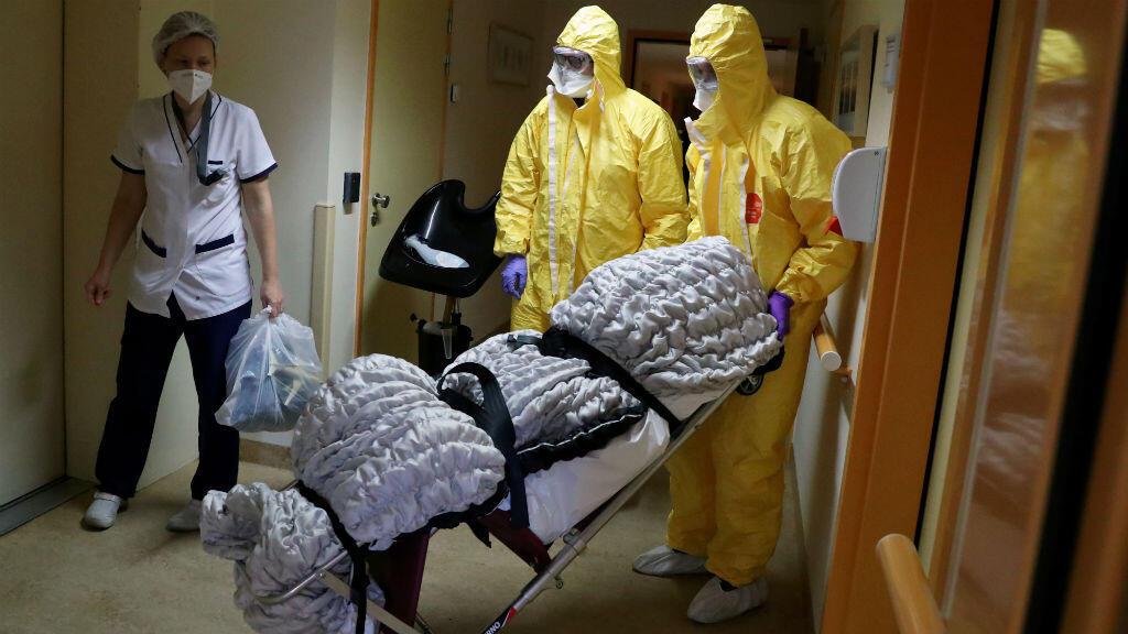 Los empleados de la morgue transportan el cuerpo de una persona que murió por Covid-19 en una residencia para ancianos en Bruselas, Bélgica, el 14 de abril de 2020.