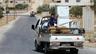 Los habitantes de Idlib abandonan la ciudad el 6 de septiembre de 2018 con lo que pueden cargar debido al temor de los bombardeos.