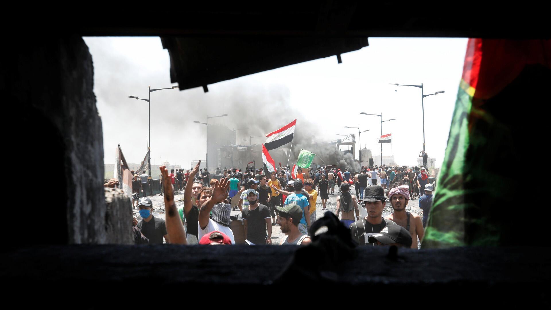 Los manifestantes hacen un gesto mientras participan en las protestas contra el gobierno en curso después de que el recién nombrado primer ministro iraquí Mustafa al-Kadhimi pidiera la liberación de todos los manifestantes desatinados, en el puente Jumhuriya en Bagdad, Iraq, 10 de mayo de 2020.