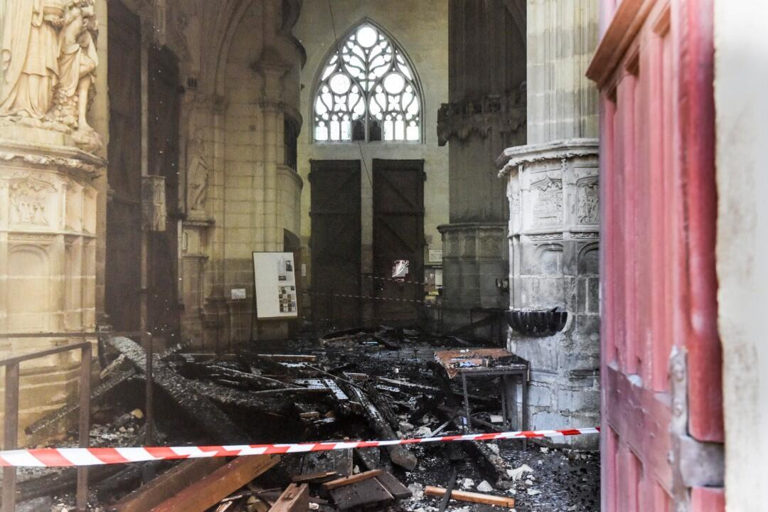تضرر كاتدرائية نانت (غرب فرنسا) جراء حريق شب بها في 18 يوليو/تموز 2020.