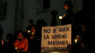 La gente participa en una vigilia con velas por dos periodistas ecuatorianos y su chofer, quienes fueron secuestrados el mes pasado por insurgentes colombianos y asesinados. Quito, Ecuador, el 13 de abril de 2018.