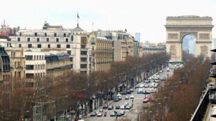 جادة الشانزليزيه بباريس.