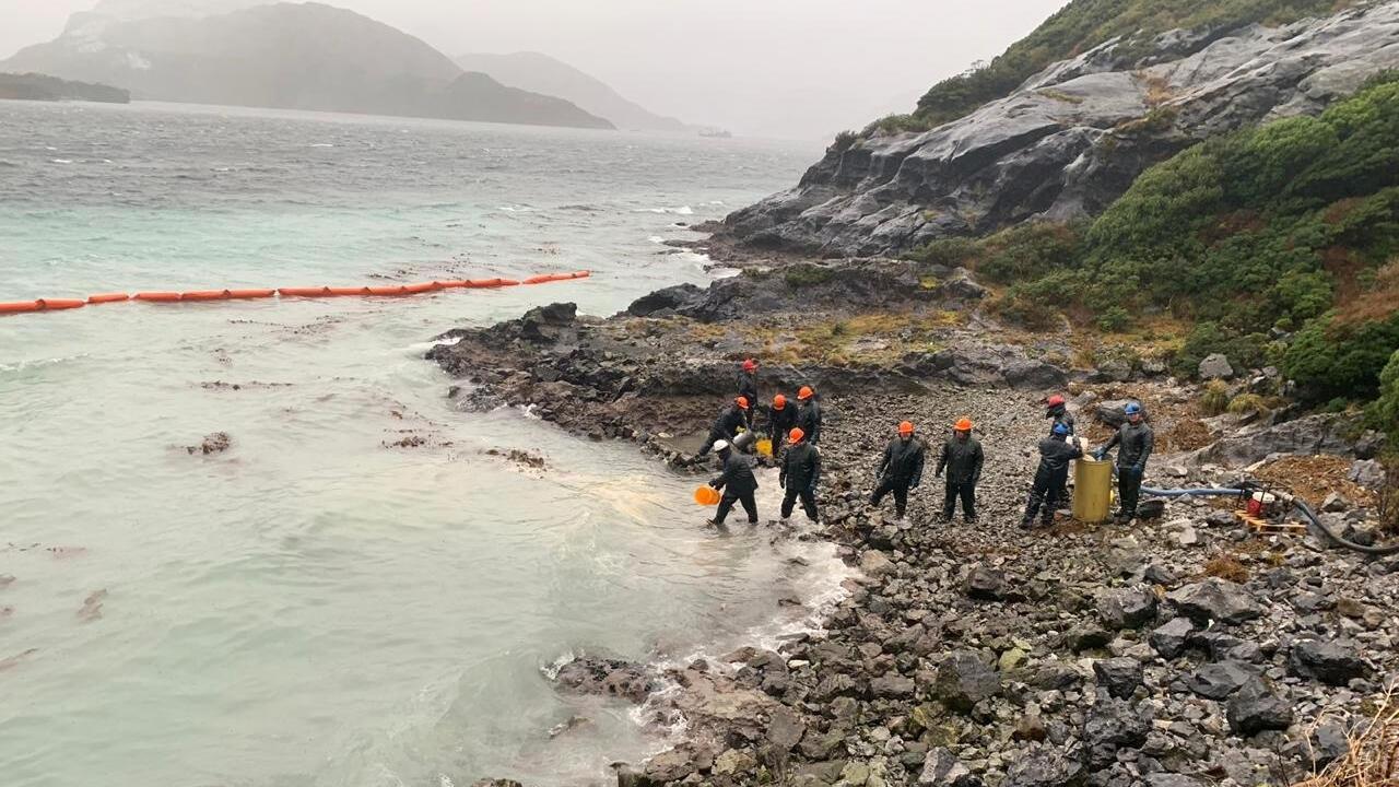 Un grupo de trabajadores limpian el vertido de 40.000 litros de petróleo diésel en la isla Guarello, en la región de Magallanes, al sur de Chile. 29 de julio de 2019.