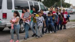 Des migrants d'Amérique centrale arrivent dans un centre de charité catholique du Texas le 12 juin 2019.