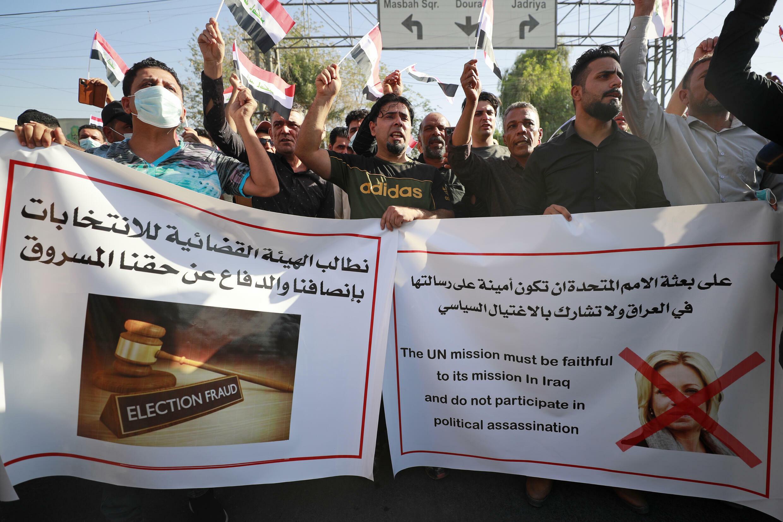أنصار تحالف الحشد الشعبي الموالي لإيران يشاركون في تظاهرة تندد بنتائج الانتخابات البرلمانية العراقية في بغداد في 19 تشرين الأول/أكتوبر 2021