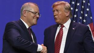 دونالد ترامب يصافح رئيس الوزراء الأسترالي سكوت موريسون