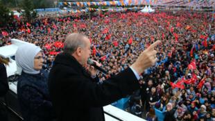 El presidente turco, Recep Tayyip Erdogan, se dirige a sus seguidores junto a su esposa Emine Erdogan durante un mitin en Bursa, Turquía (21 de enero de 2018).