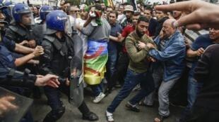 الشرطة تمنع المتظاهرين من وصول درج البريد المركزي في العاصمة الجزائرية، 24 مايو/أيار 2019.