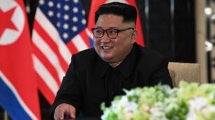 El líder norcoreano Kim Jong-Un en una ceremonia de firma con el presidente estadounidense Donald Trump durante su histórica cumbre entre EE. UU. y Corea del Norte, en el Hotel Capella en la isla Sentosa en Singapur. 12 de junio de 2018.