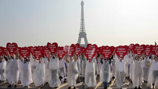 Des membres de l'association Alliance VITA opposés à la légalisation de l'euthanasie manifestent le 24 mars 2012 à Paris.