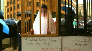 """""""Une robe blanche n'efface pas le viol"""" a écrit sur une pancarte une militante de l'ONG Abaad favorable à l'abrogation de l'article 522."""
