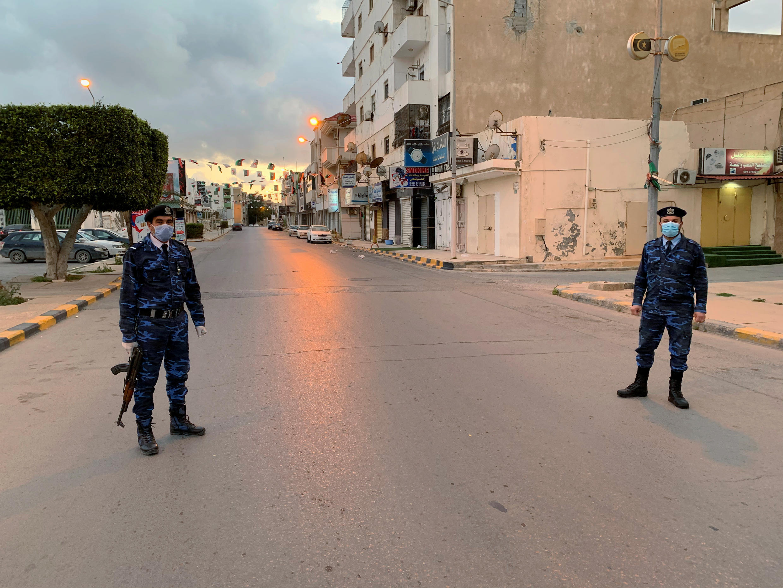 Des policiers surveillent les rues de Misrata, en Libye, le 30 mars 2020.