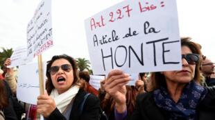 Des Tunisiennes manifestent le 14 décembre 2016 à Tunis contre le mariage d'une fillette de 13 ans avec son violeur.