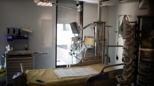 Une chambre de l'hôpital Saint-Louis (Assistance publique - Hôpitaux de Paris) à Paris, le 28 mai.
