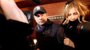 El expresidente de Nissan, Carlos Ghosn, acompañado por su esposa Carole Ghosn, llega a su residencia en Tokio, el 8 de marzo de 2019.