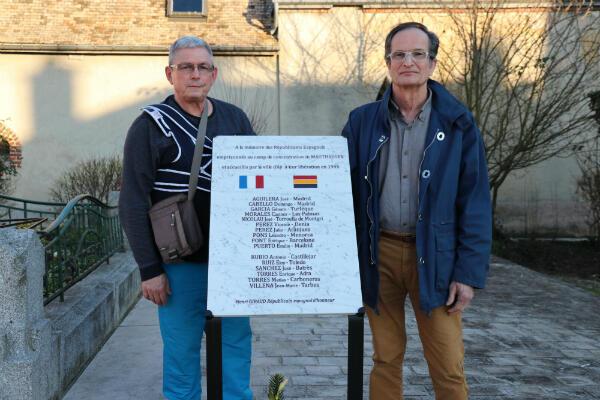 Patrick Sanchez, fils de républicain espagnol, à gauche, et Bernard Romero, fils de Juan, à droite, ont œuvré pour faire apposer cette plaque dans la commune d'Aÿ, en souvenir des républicains espagnols qui se sont installés dans cette ville.