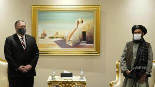 وزير الخارجية الاميركي مايك بومبيو خلال لقاء مع مسؤول في حركة طالبان في الدوحة في 21 تشرين الثاني/نوفمبر 2020