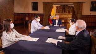 El presidente de Ecuador, Lenín Moreno (C), participa de una reunión con parte de su gabinete de ministros, en Quito, el 10 de abril de 2020
