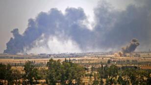 تصاعد سحب الدخان فوق المناطق التي تسيطر عليها الفصائل المعارضة المسلحة في درعا، نتيجة القصف الجوي لقوات النظام السوري في 5 تموز/يوليو 2018.