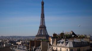 Un globo de Airparif, la organización responsable de analizar la calidad del aire en la región Ile de France, vuela cerca de la Torre Eiffel de París el 7 de mayo de 2020