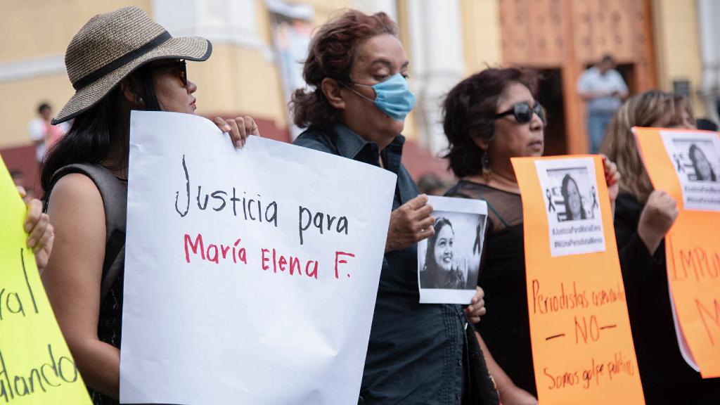 Periodistas protestan contra el asesinato de su compañera María Elena Ferral, asesinada el 30 de marzo en Veracruz.