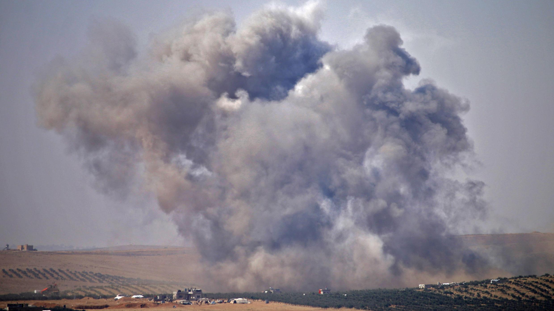 El humo se eleva por encima de las áreas controladas por los rebeldes de la ciudad de Deraa, durante los ataques aéreos realizados por las fuerzas gubernamentales sirias, el 5 de julio de 2018.