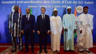 De g. à d. : Roch Marc Christian Kaboré (Burkina Faso), Mohamed Ould Abdel Aziz (Mauritanie), Emmanuel Macron (France), Ibrahim Boubacar Keïta (Mali), Idriss Déby (Tchad) et Mahamadou Issoufou (Niger), le 2 juillet à Bamako.