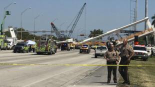 Un pont piéton s'est effondré sur une autoroute à six voies, jeudi 15 mars à Miami, en Floride.