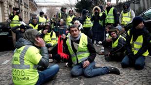 """متظاهرون من """"السترات الصفراء"""" في باريس. 15 كانون الأول/ديسمبر 2018."""