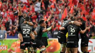 Les joueurs du Stade toulousain célèbrent leur victoire sur l'ASM Clermont en finale du Top 14, au Stade de France (Saint-Denis), le 15 juin 2019.