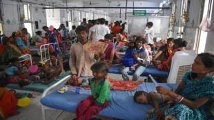 مجموعة من الأطفال المصابين بالتهاب الدماغ مع ذويهم في مستشفى سري كريشنا الحكومي بولاية بهار الشرقية، 19 يونيو 2019