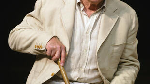 """Michel Piccoli performs in Peter Brook's staging of """"Ta main dans la mienne"""" in Paris in 2003, based on the letters of Anton Chekhov"""