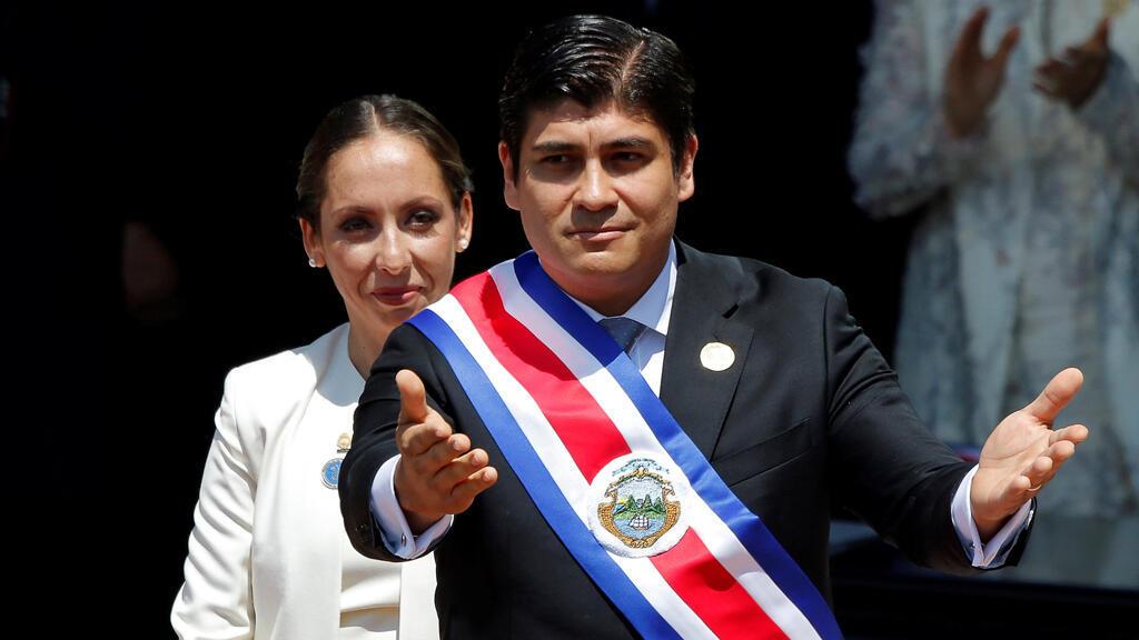 El presidente de Costa Rica, Carlos Alvarado Quesada, reconoce a la audiencia después de recibir la banda presidencial de la presidenta de la Asamblea Legislativa Carolina Hidalgo durante su ceremonia de inauguración en San José, Costa Rica, el 8 de mayo de 2018.