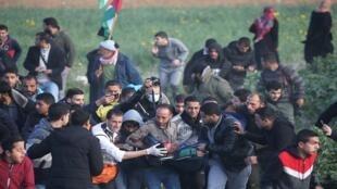إجلاء فلسطيني جريح خلال الاحتجاجات على السياج الحدودي بين إسرائيل وغزة 22 فبراير/ شباط 2019