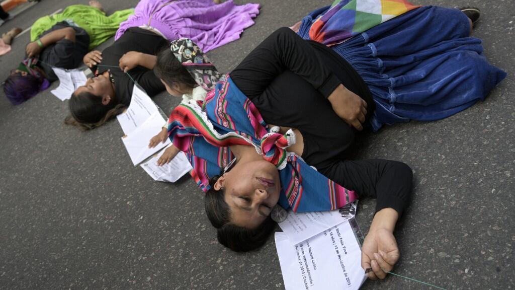 Mujeres bolivianas actúan durante una protesta contra la discriminación de la falda indígena en Bolivia, en el Día Internacional de la Eliminación de la Violencia contra la Mujer en Buenos Aires, el 25 de noviembre de 2019.