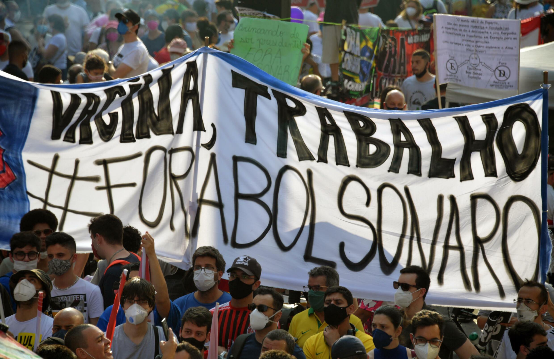 Manifestantes participan en una protesta convocada por grupos y partidos de derecha para exigir la destitución del presidente brasileño Jair Bolsonaro, en Sao Paulo, Brasil, el 12 de septiembre de 2021.