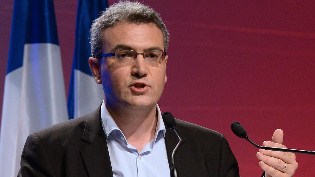 Aymeric Chauprade prononce un discours durant un meeting de campagne du Front national, le 18 mai 2014 à Paris.