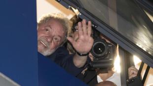 Luiz Inacio Lula da Silva saluda desde el balcón del sindicato metalúrgico en Sao Paulo. 7/4/18