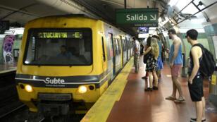 Imagen de archivo. Pasajeros esperan para entrar a un vagón del metro de Buenos Aires, el 31 de marzo de 2016.