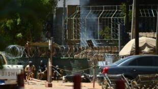 قوات أمنية أمام المعهد الفرنسي في واغادوغو 2 آذار/مارس 2018