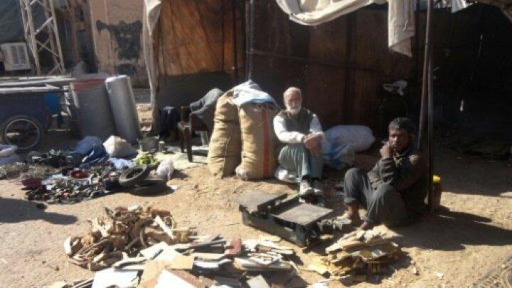 رجال يبيعون الخشب في دير الزور في 12 تشرين الثاني/نوفمبر 2016