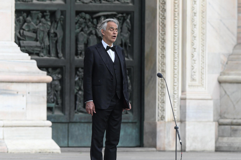 Le chanteur italien Andrea Bocelli répète sur la piazza del Duomo, la place principale de Milan, le 12 avril 2020.