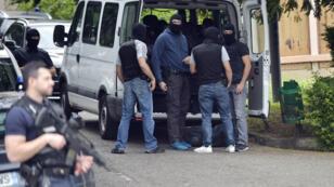 Des officiers de police cherchent des éléments de preuves près de la résidence du principal suspect de l'attentat de Lyon, le 27 mai 2019.