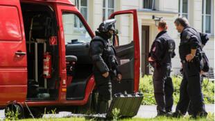 Des membres de la police allemande en face de l'appartement du suspect arrêté le 17 juillet.