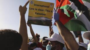 فلسطينيون يشاركون في تظاهرة ضد ضم أجزاء من الضفة الغربية إلى إسرائيل في أريحا في 22 حزيران/يونيو 2020