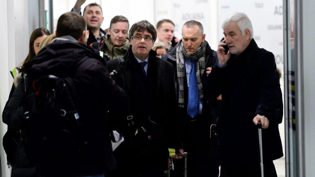 El cesado presidente catalán, Carles Puigdemont, tras aterrizar en Copenhague donde participará en una conferencia.