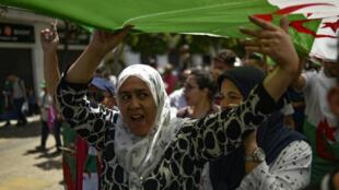 Des manifestantes protestent dans les rues d'Alger, le 14 juin 2019.